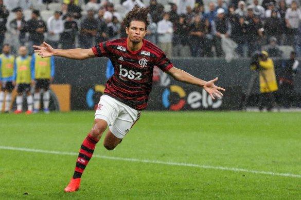 frm20190515512-585x390 Flamengo marca perto do fim e sai na frente do Corinthians