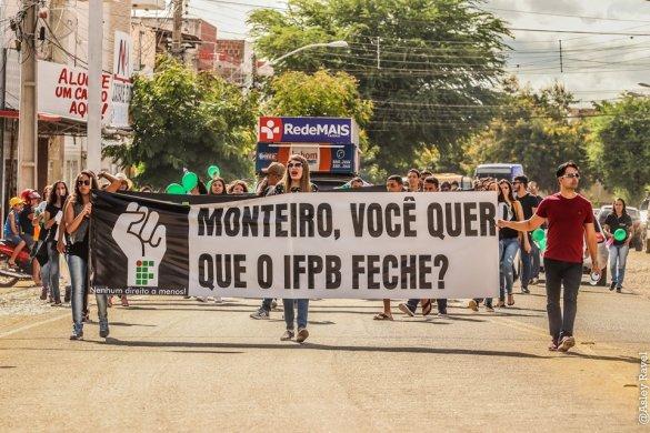 monteiro-passeata-585x390 Estudantes protestam em Monteiro contra corte de verbas na educação