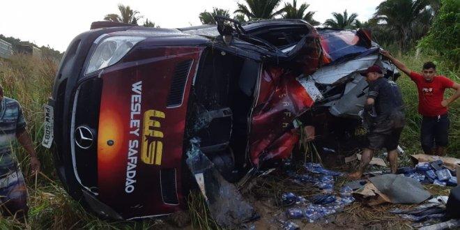 Van do cantor Wesley Safadão tomba e deixa uma pessoa ferida