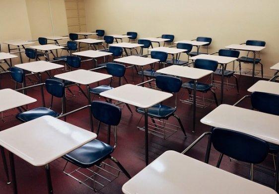 auditorium-chairs-class-256395-562x390 Justiça Federal manda MEC suspender bloqueio em universidades federais