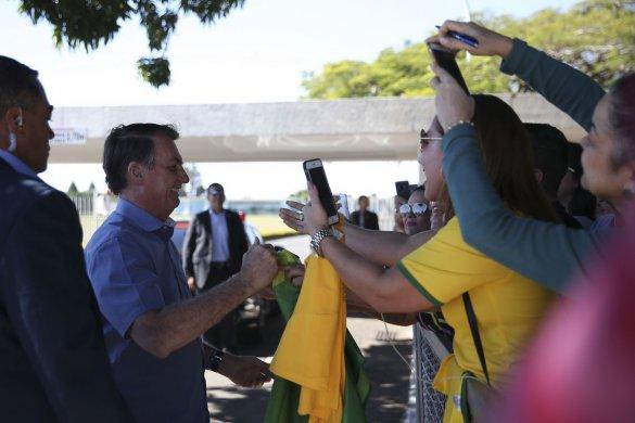 bb-585x390 Bolsonaro diz que Legislativo quer deixá-lo como rainha da Inglaterra