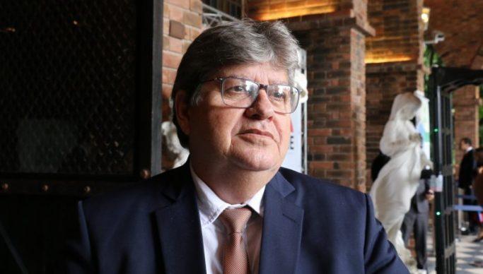João-Azevêdo-3 Folha destaca embate entre Bolsonaro e João Azevêdo e diz que governador é discreto e técnico