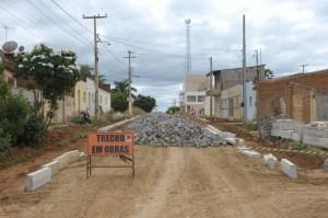 Obra-2 Obras de pavimentação seguem em ritmo acelerado na cidade de Monteiro