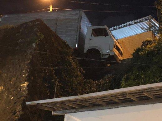 caminhao-pendurado-520x390 Caminhão que fazia mudança perde freio e fica pendurado em ladeira na PB
