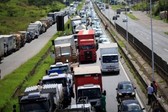 caminhoneiros-1-585x390 Sob ameaça de greve, ministro encontrará caminhoneiros para discutir frete