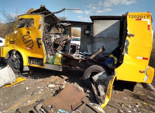 carro-forte-sertao-535x390 Grupo sequestra motorista de caminhão e explode carro-forte