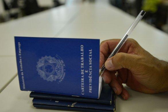 carteira_de_trabalho-585x390 Abono do PIS/Pasep começa a ser pago na próxima quinta-feira
