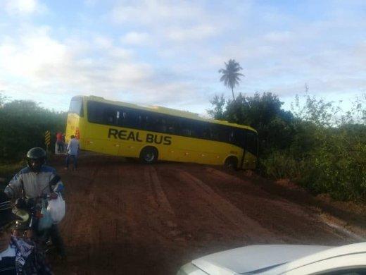 ANIBUS-520x390 Ônibus da real perde o controle e fica atravessado próximo a cidade de Prata