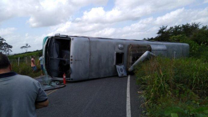 WhatsApp-Image-2019-09-09-at-10.58.14-696x392-692x390 Ônibus tomba e deixa pessoas feridas no interior da PB