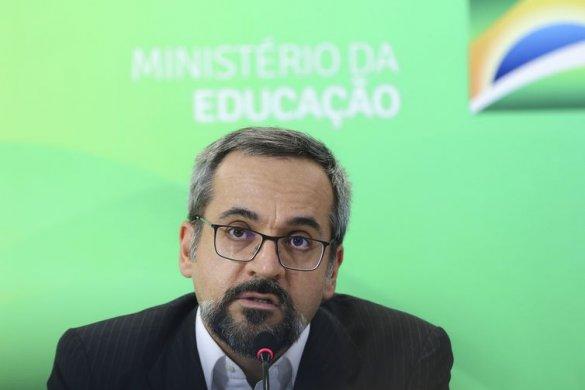 fcpzzb_abr_26081921436-585x390 Ministro diz que Enem terá como foco conhecimentos objetivos
