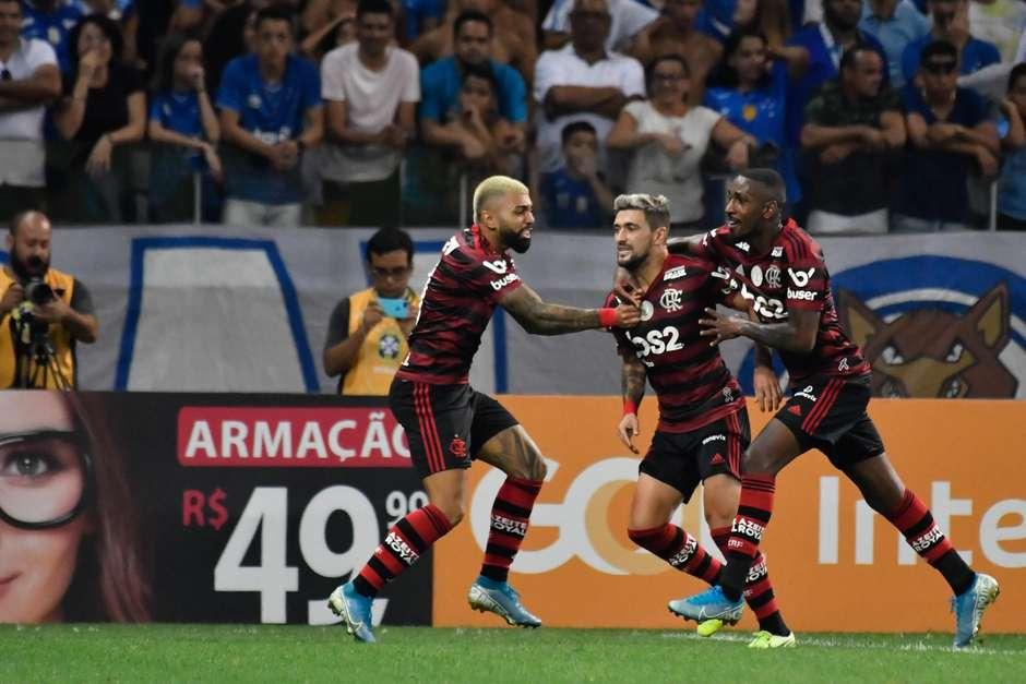 gazeta-press-foto-1303395-585x390 Flamengo vence Cruzeiro fora e bate recorde de vitórias