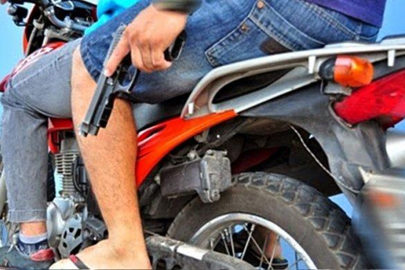 moto-dupla-arma-696x464-585x390 Jovem tem celular tomado por assalto em Sumé