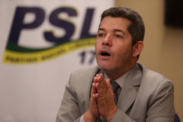 15713473915da8dbbf5857b_1571347391_3x2_md-585x390 Em nova reviravolta, Delegado Waldir entrega cargo e Eduardo Bolsonaro vira líder do PSL