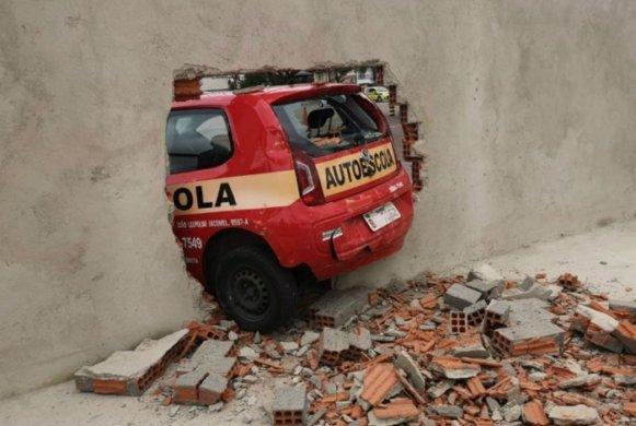 DETRAN-581x390 Ao fazer baliza em prova, motorista derruba muro do Detran