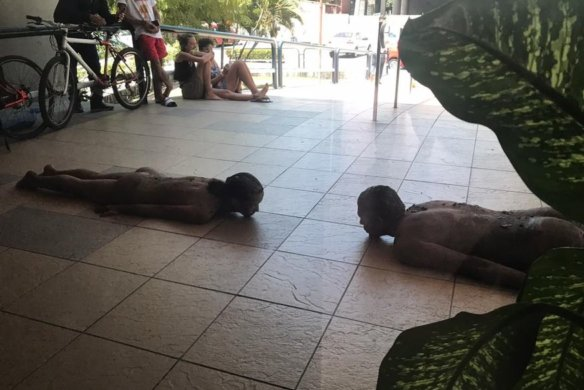 performance_na_rampa_da_reitoria-584x390 Artistas ficam nus em performance na Reitoria da UFPB