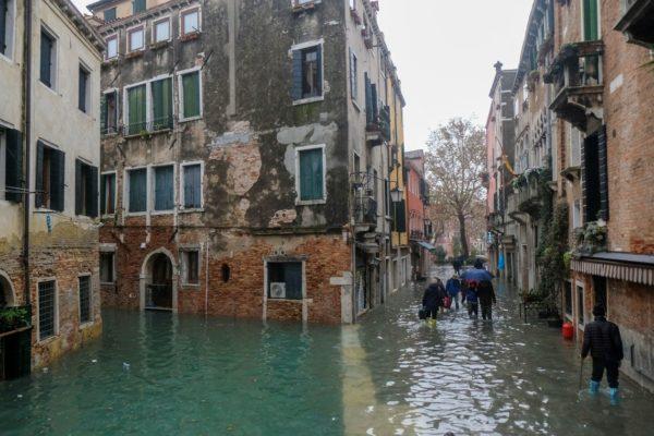 VENEZA-600x400 Veneza tem novo dia de maré alta; Florença e Pisa estão em alerta