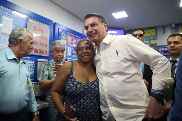 bolsonaro-mega-da-viraada-600x400 Bolsonaro vai a lotérica apostar na Mega da Virada