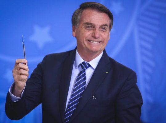 bolsonaro.caneta.29.ago_.2019.sergio.lima_-868x644-1-539x400 Presidente deve passar o réveillon em Brasília, diz Planalto