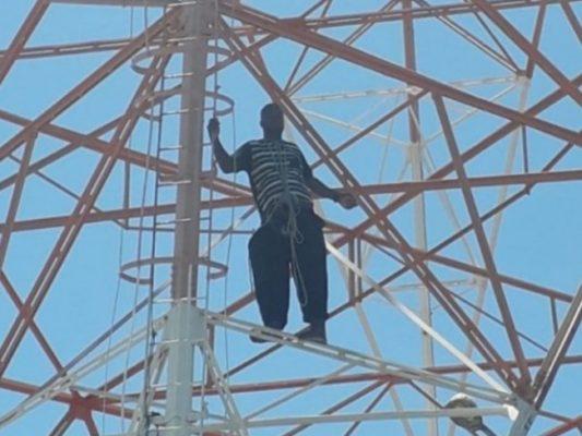 homem-em-torre-catole-do-rocha-533x400 Carroseiro que subiu na torre da TIM na PB exigiu a quantia de R$ 800 para descer