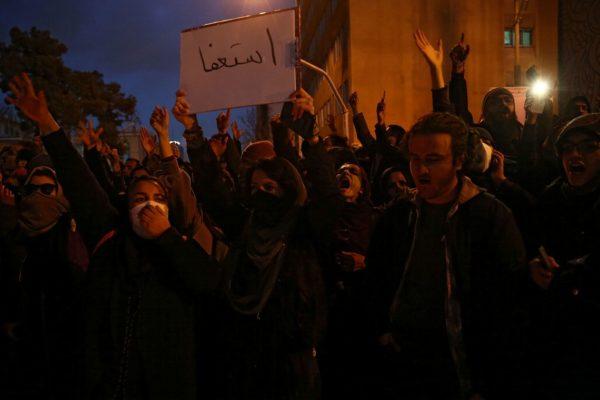 IRANIANIS-RUAS-600x400 Iranianos saem às ruas para protestar contra governo