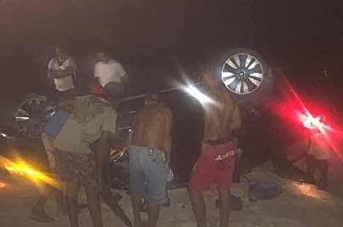 CARRO-CAPOTAGEM Vice-prefeito paraibano fica preso nas ferragens durante acidente
