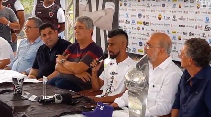 LEO-MOURA-700x388 Léo Moura chega a JP e é recebido por torcedores do Botafogo-PB