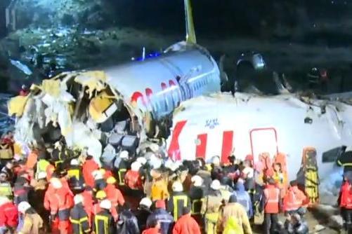 aviao Avião sai da pista durante aterrissagem na Turquia e fica em pedaços