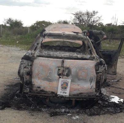 carri-queimado-405x400 Carro roubado é encontrado completamente queimado em Sertânia