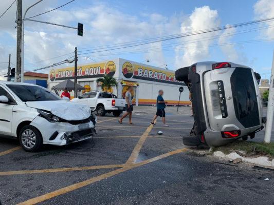 carro-capotagem-533x400 Carro avança semáforo fechado e causa capotamento na Capital