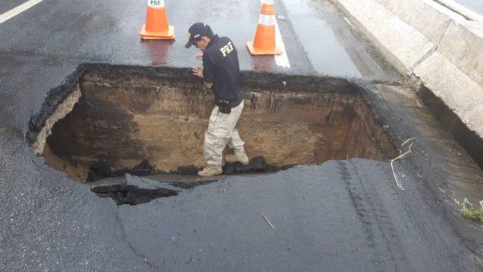 asfalto-700x394 Faixa da BR-230 é interditada após asfalto ceder em cabeceira de ponte