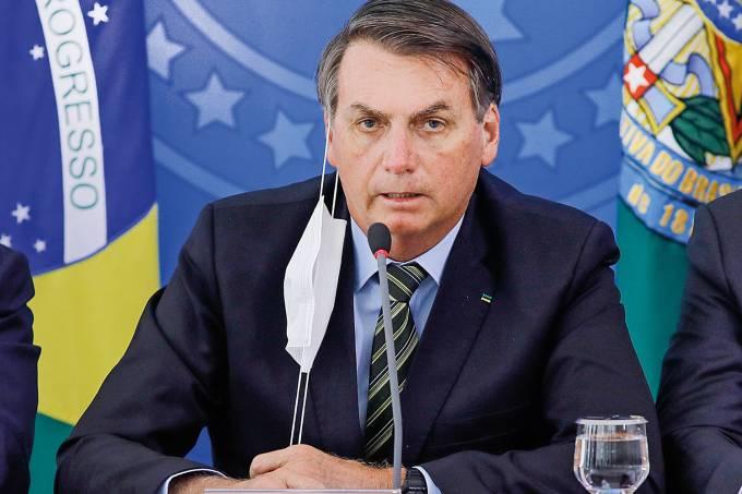 bolsonaro-mascara Bolsonaro sanciona com vetos pacote de R$ 60 bilhões a estados e municípios
