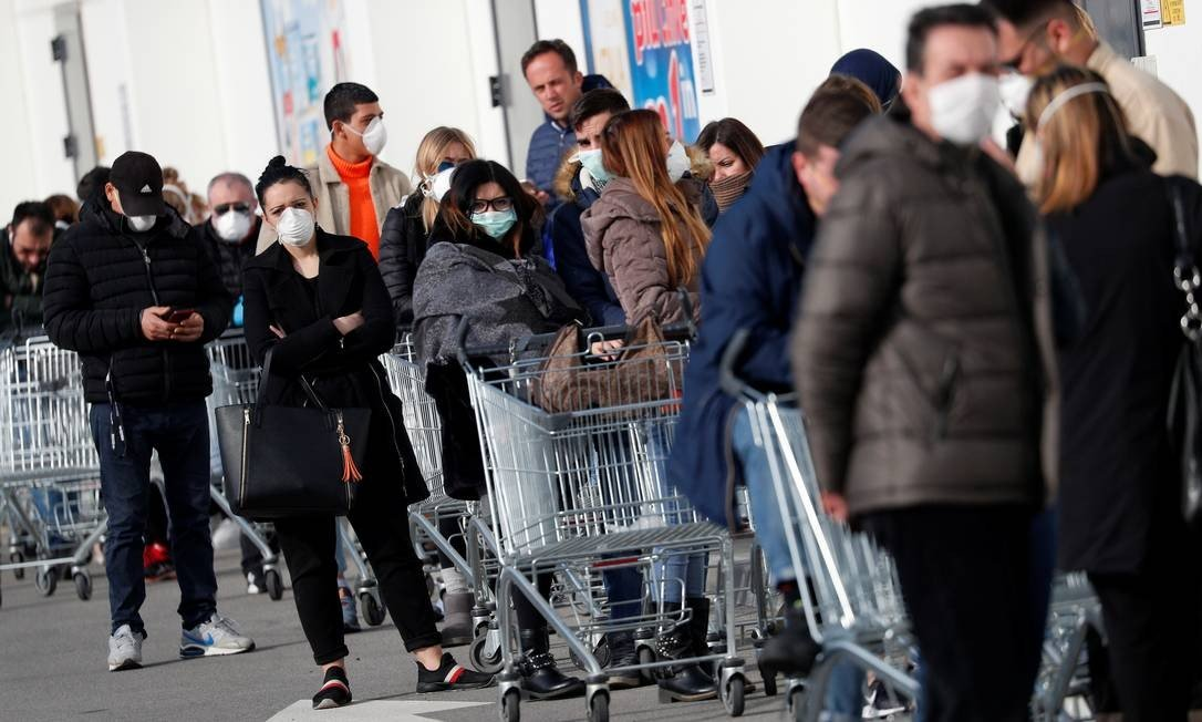 x87161095_People-queue-at-a-supermarket-outside-the-town-of-Casalpusterlengo-which-has-been-closed-by.jpg.pagespeed.ic_.wriroDnS0w-666x400 Mortes por coronavírus na Espanha passam de 1.700 e casos ultrapassam 28 mil