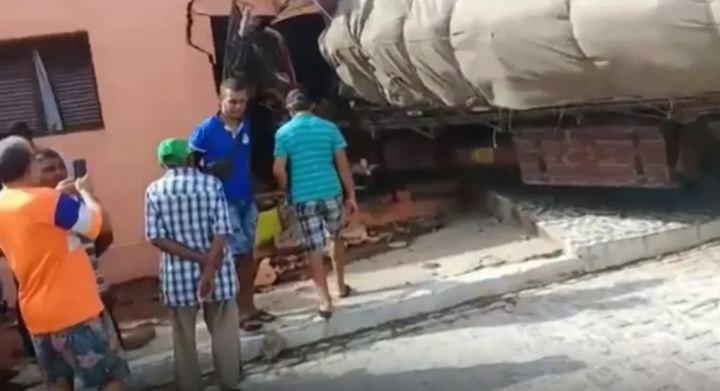CAMANIHAO-700x380 Caminhão desgovernado atinge carros e invade casa na Paraíba