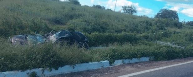 1-1 Motorista perde controle de veículo e colide em poste de alta tensão na BR-110 em Monteiro