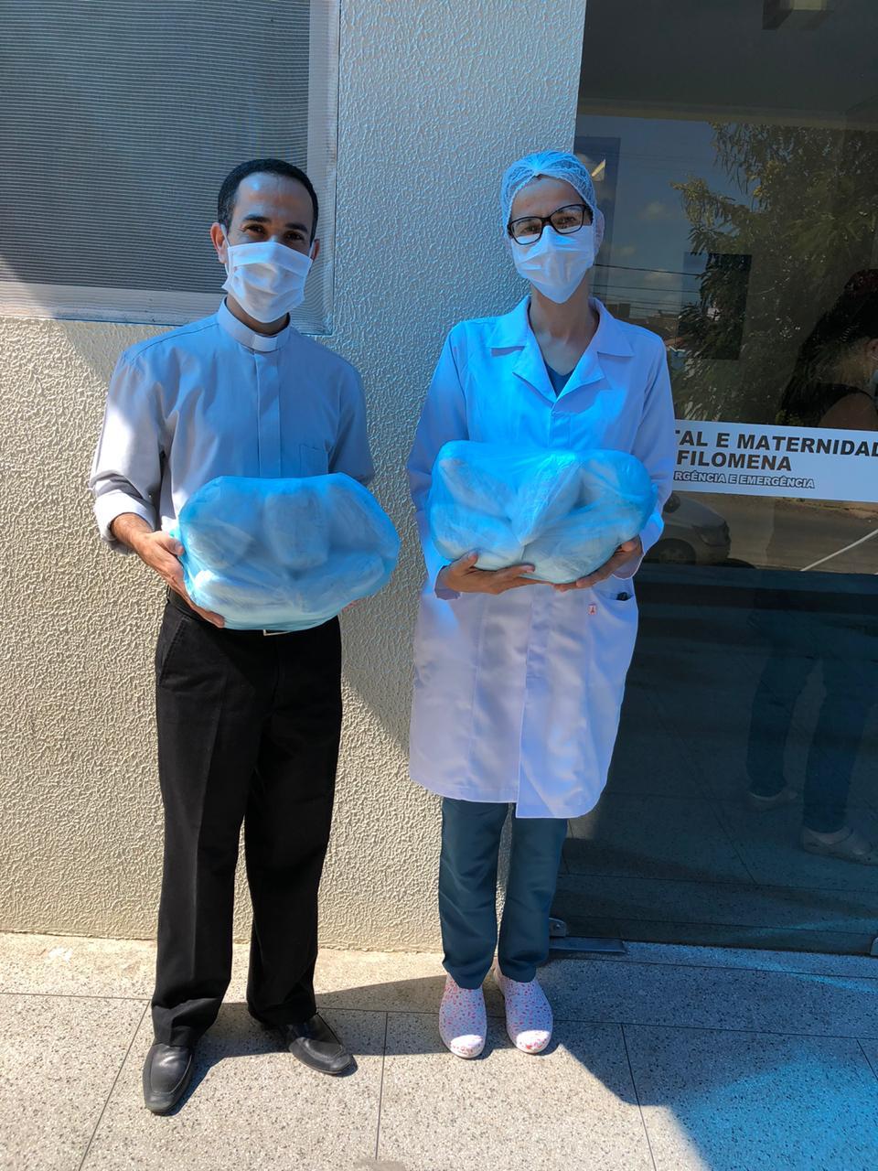 IMG-20200504-WA0085 Paróquia de Nossa Senhora das Dores faz doação de máscaras ao Hospital Regional Santa Filomena e UPA da cidade de Monteiro