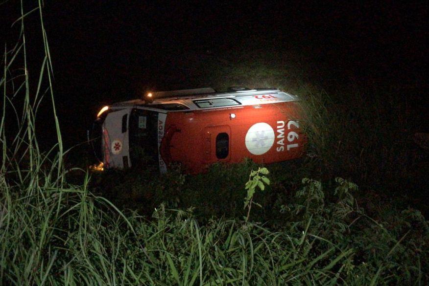 ambulancia_do_samu Veículo do SAMU capota e deixa dois mortos na PB