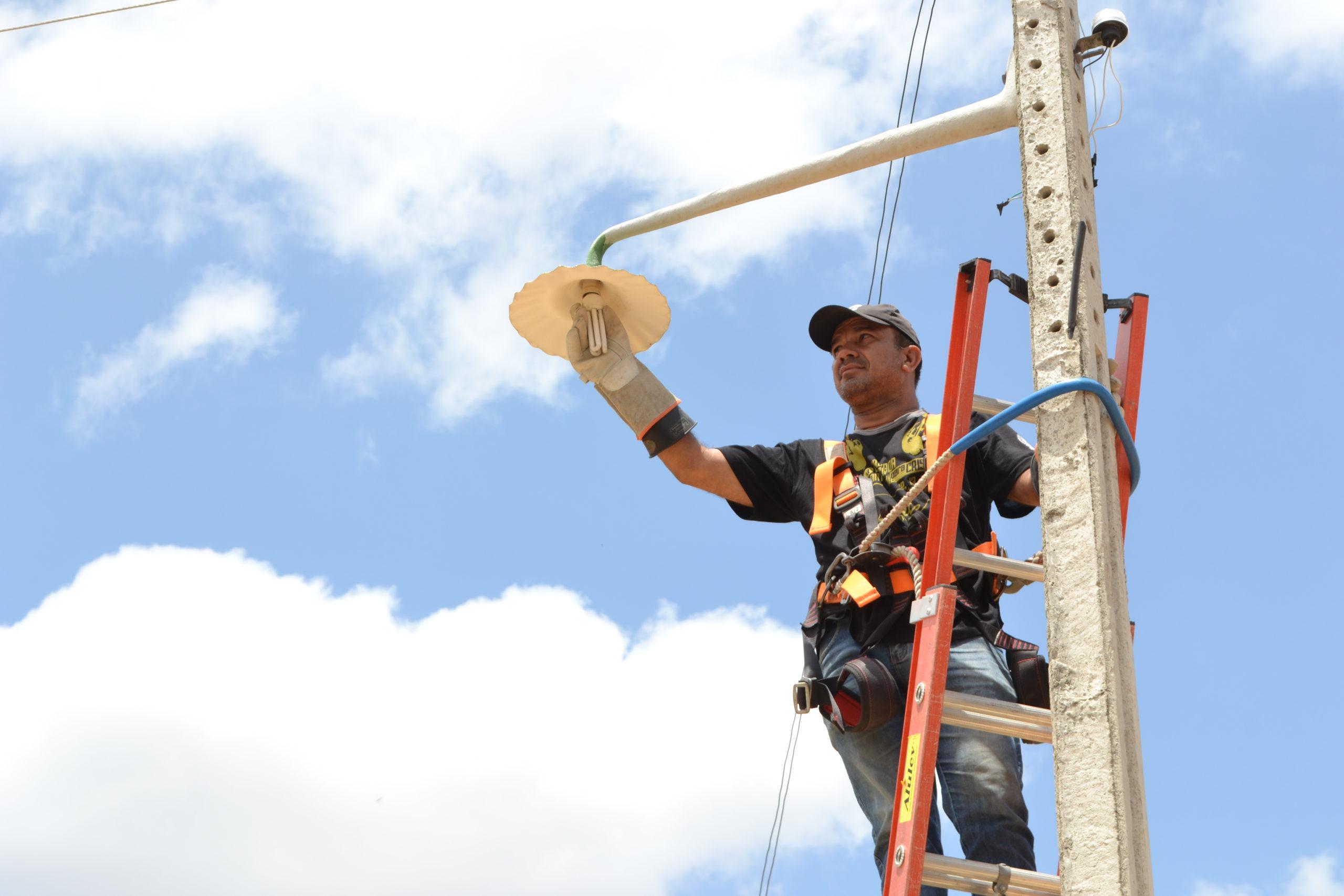 trabalho-de-reposição-de-lâmpada-scaled Secretaria de Agricultura de Monteiro realiza serviços com quatro equipes na zona rural