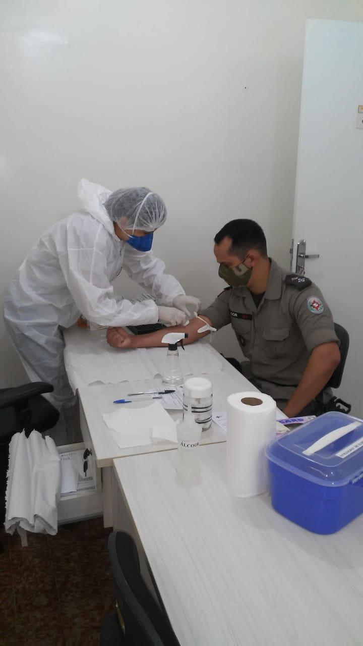 Exames-PM-2 Profissionais do Centro de Referência em Covid de Monteiro realiza coleta para exames em Policiais Militares