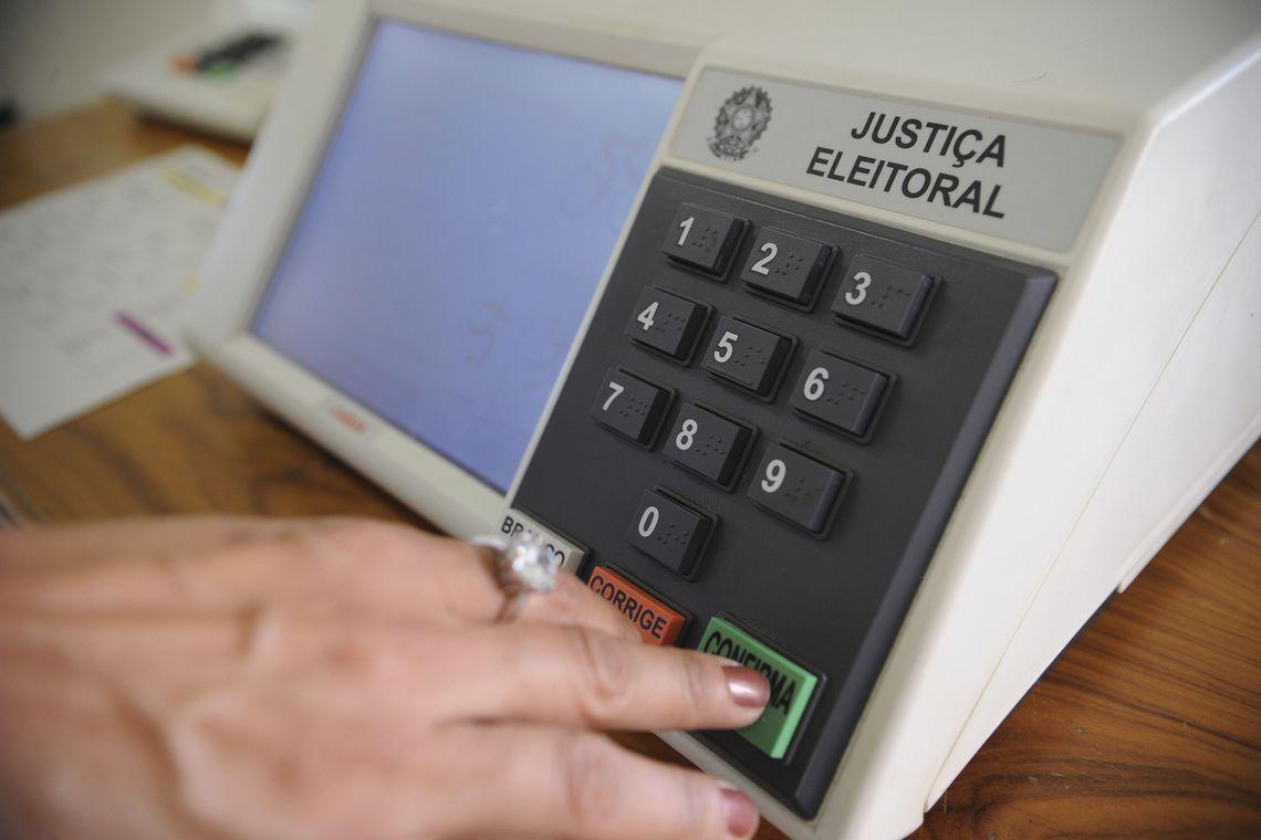 Urna-Eletrônica Senado aprova adiamento das eleições municipais de 2020