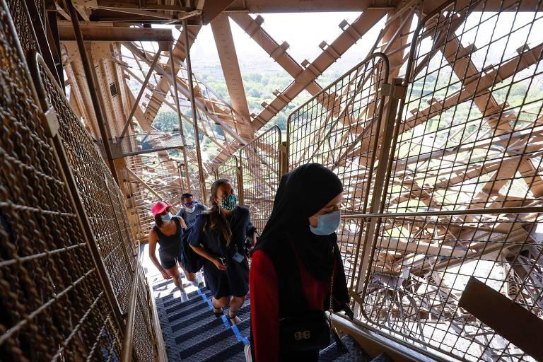 paris Torre Eiffel reabre após três meses, e visitantes terão que usar as escadas