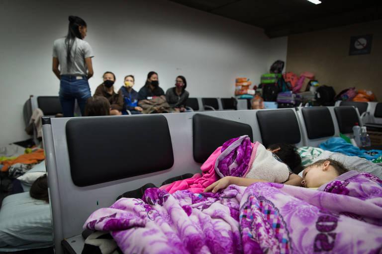 15901937575ec86e5d9821f_1590193757_3x2_md Colombianos que dormiam no aeroporto de Guarulhos conseguem voltar