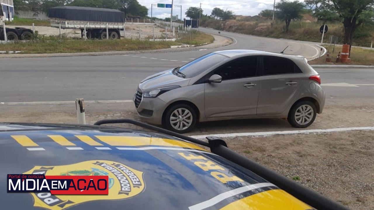 5240050 Homem é detido com carro roubado na BR-232, em Sertânia