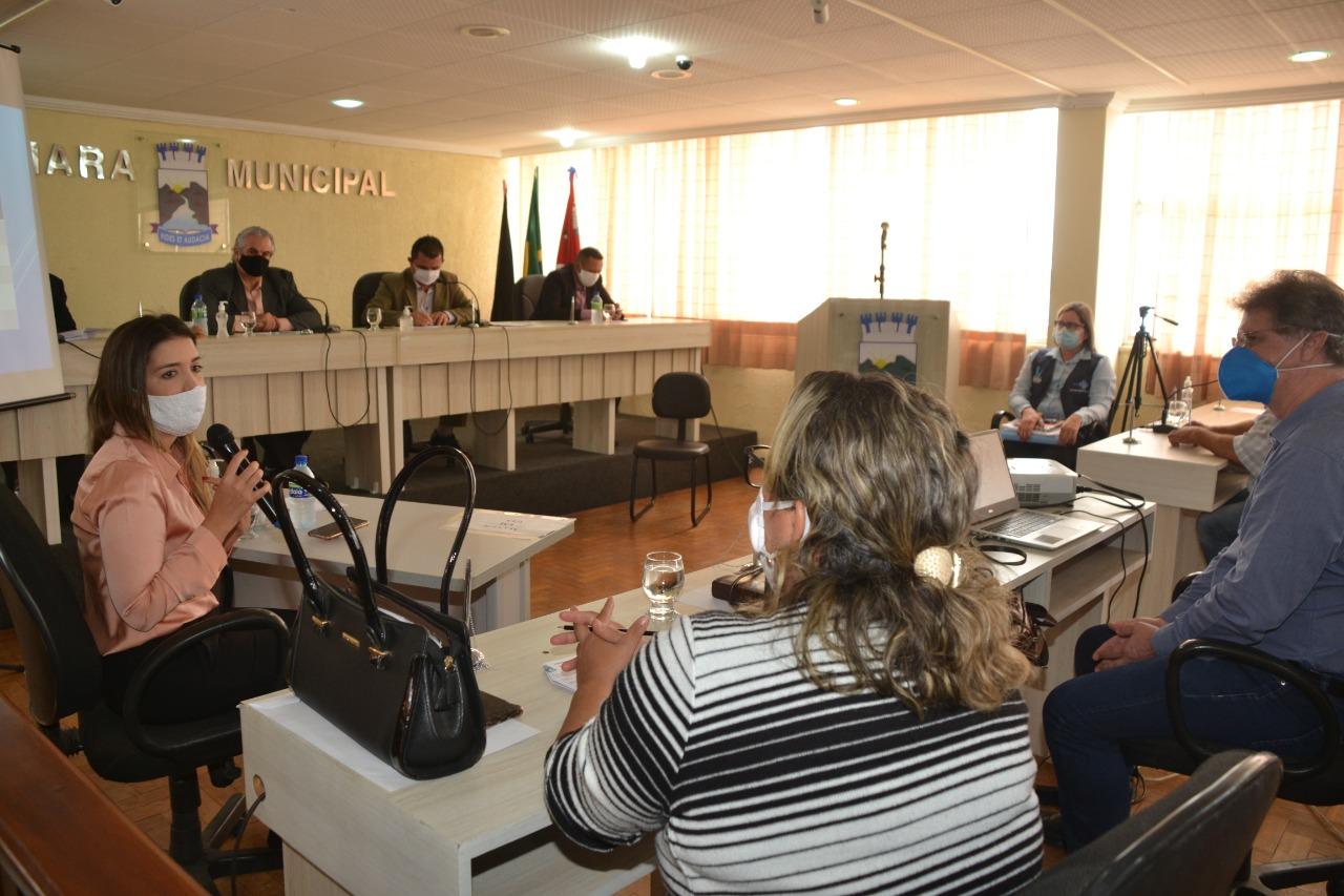 Prefeita-Anna-Lorena-e-secretária-Ana-Paula-na-Câmara-de-Vereadores Prefeita, vice e Secretárias de Saúde de Monteiro recebem moção de aplausos unânime dos vereadores