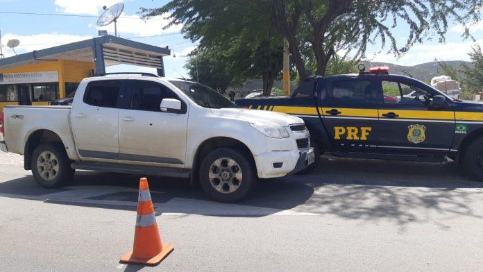 PRF-CARRO-PRESO- Homens são detidos com caminhonete de luxo roubada após atirarem na polícia na BR-232, em Sertânia