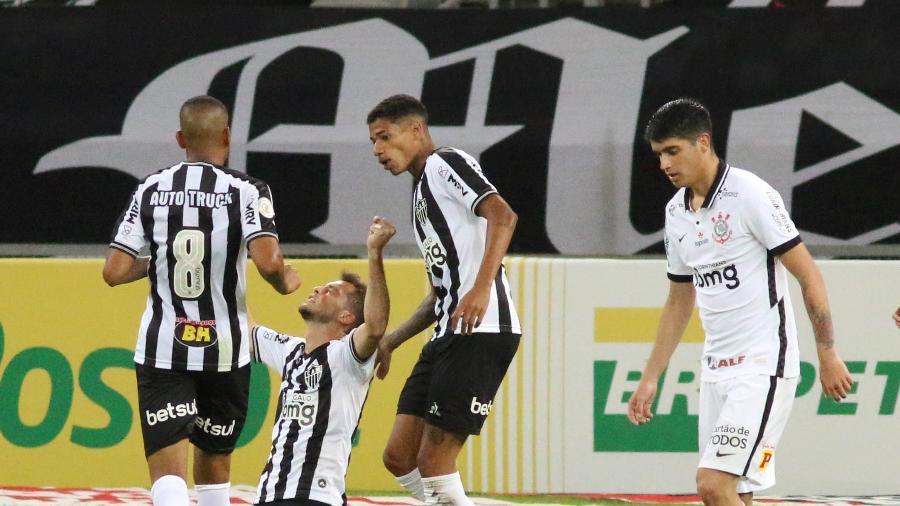 atletico-mg-sobre-o-corinthians-e Atlético-MG sufoca e vence Corinthians de virada com 3 gols em 15 minutos