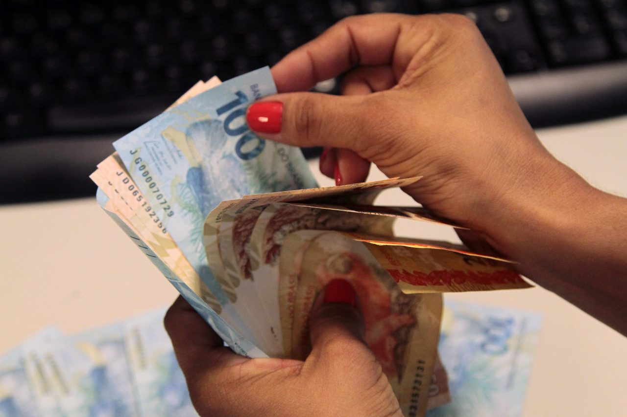 dinheiro-pagamento Salário mínimo em 2021 vai aumentar mais que o esperado; veja o valor