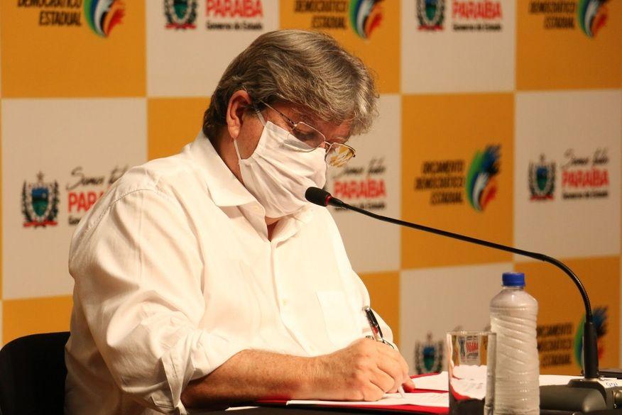 joao_azevedo_mascara-1 João Azevêdo assina ordens de licitação e faz entrega simbólica de obras na plenária do Orçamento Democrático