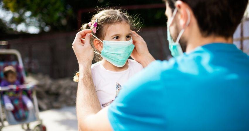 pai-colocando-mascara-na-filha Monteiro não registra nenhum caso de Coronavírus neste Domingo (02)