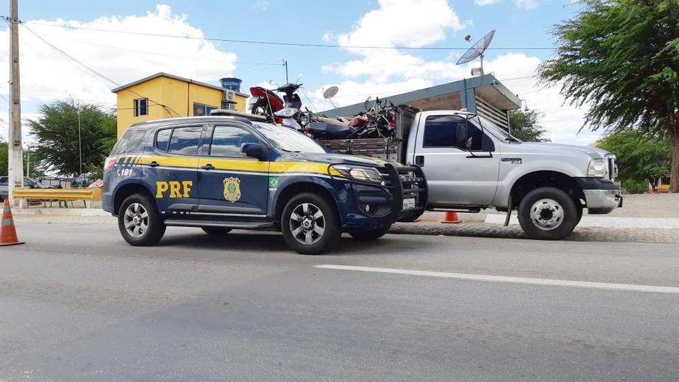 moto-recuperada-prf-pe Motocicleta é recuperada em carroceria de caminhão em Sertânia