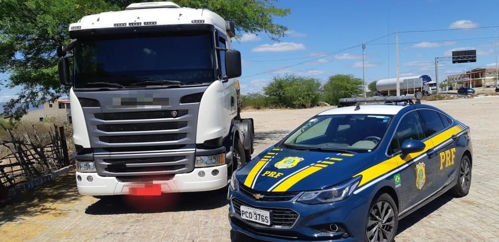 prf-pe-caminhao-recuperado Caminhão roubado há quatro anos é recuperado em Sertânia